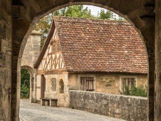 Středověké město mělo svá kouzla i prozaické problémy.